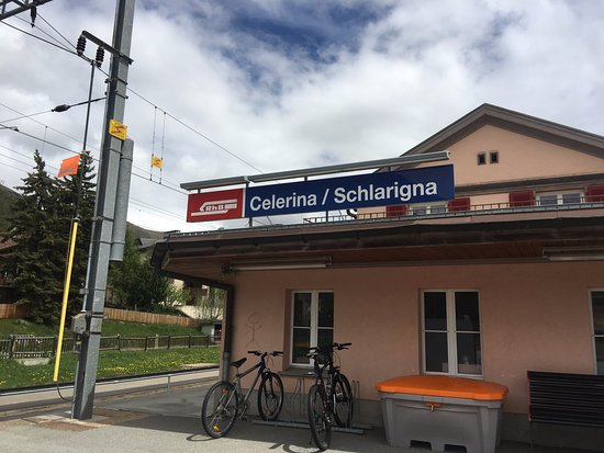 Celerina, Zwitserland: The train station not far from the Hotel, you can buy your train tickets here also