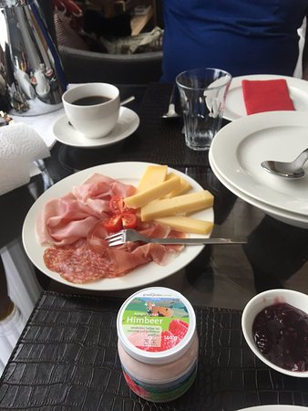 Celerina, Zwitserland: Our eggs are under the plate with the spoon on top, good breakfast