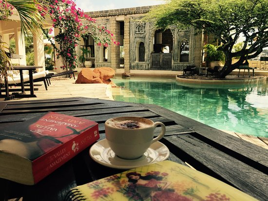 Majlis Restaurant Lamu: Poolside with a cappuccino