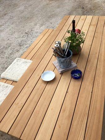 holztisch auf der terrasse bild von umbruggler alm innsbruck tripadvisor. Black Bedroom Furniture Sets. Home Design Ideas
