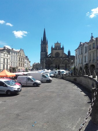 Bazas, Frankrijk: cathedrale depuis la place du marché