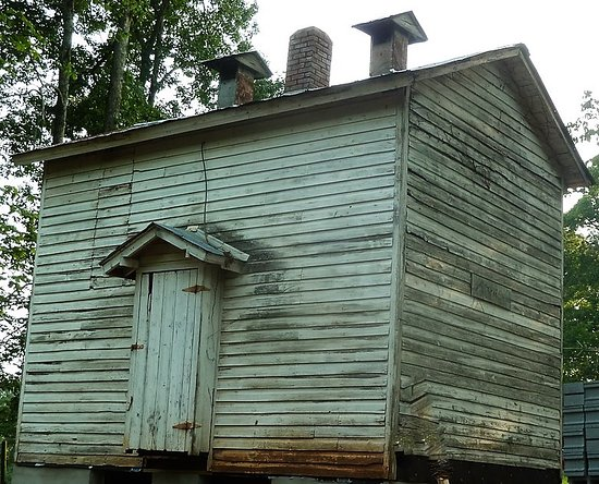 Claremont, Carolina del Norte: Old building on property