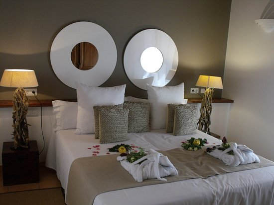 Fornalutx, İspanya: Welcoming bed decorations of fresh flowers and greenery