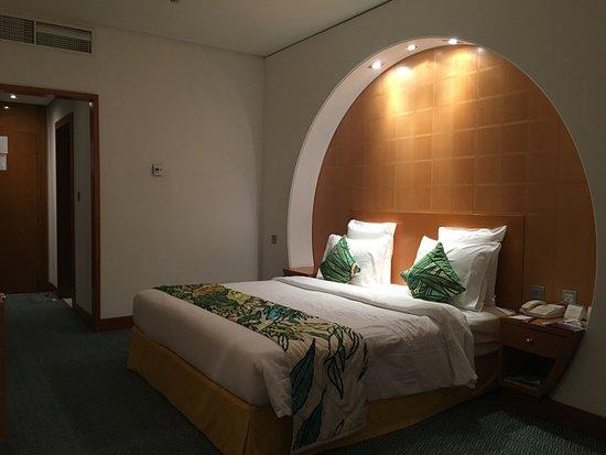 Mercure Grand Jebel Hafeet Al Ain: Very nice room. Bath was small, but sufficient