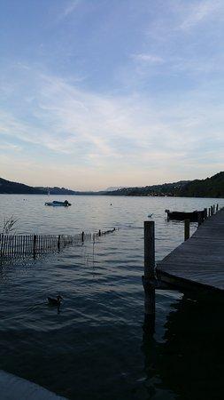 Charavines, Frankrike: Le lac, à 20 cm de la table