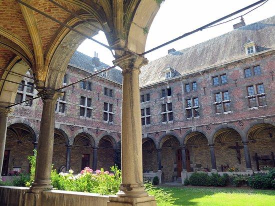Huy, Belgia: Внутренний двор музея (клуатр экс-монастыря)