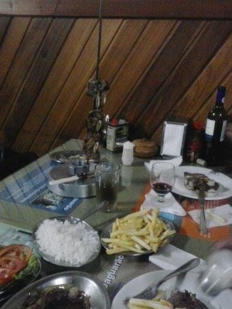 Jaguarao, RS: Foto de um espeto misto. Esse eu tirei da mesa ao lado. Nós havíamos comido outro prato