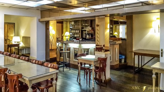 Royal Wilson: The bar and breakfast table