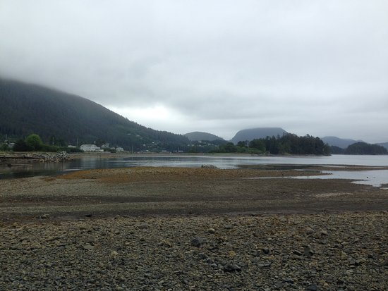 Sitka, AK : You can also divert from the main trail and head to the beach.