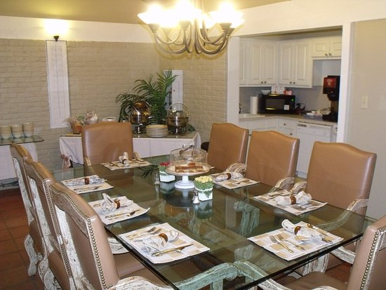 The Quarters at Hardin House: breakfast table