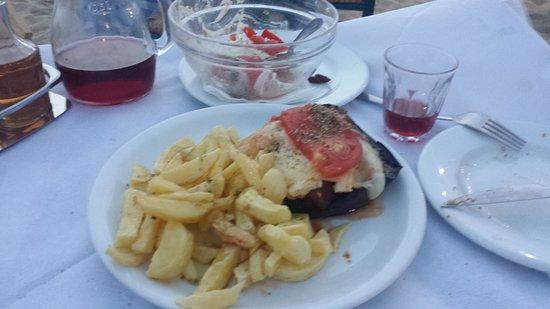 Plaka, Grecia: Main cours Kalergos eggplant with famous Naxos french frys