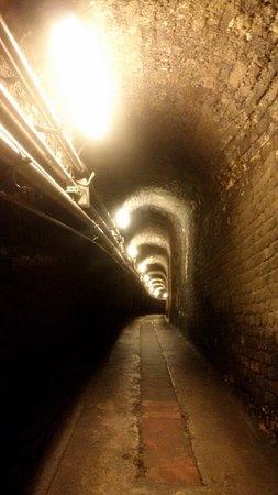 Fontanafredda: corridoio di connessione tra le cantine