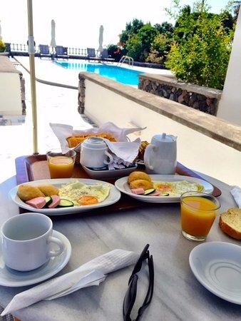 Anthonas Apartments: Varanda particular onde é servido o café da manhã