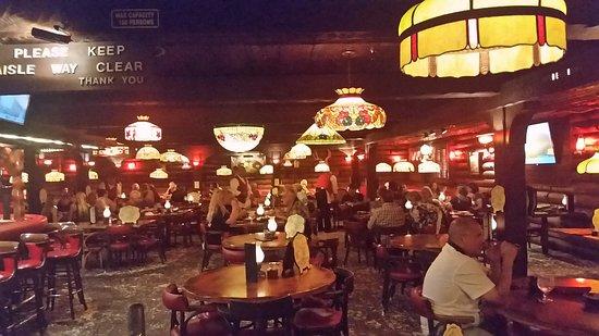 Covina, Kaliforniya: Dining room with peanut shells on the floor for that rustic feeling