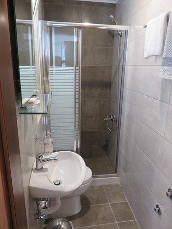 Hotel Mirabello: Small but upgraded bathroom