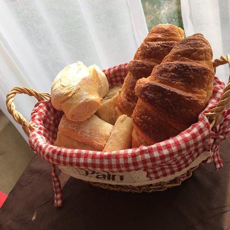 Domaine Rouge-Bleu : Brödkorgen till frukost