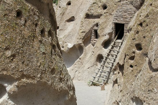 Los Álamos, Nuevo México: One of the cliff dwellings you can climb and enter to see the inside.