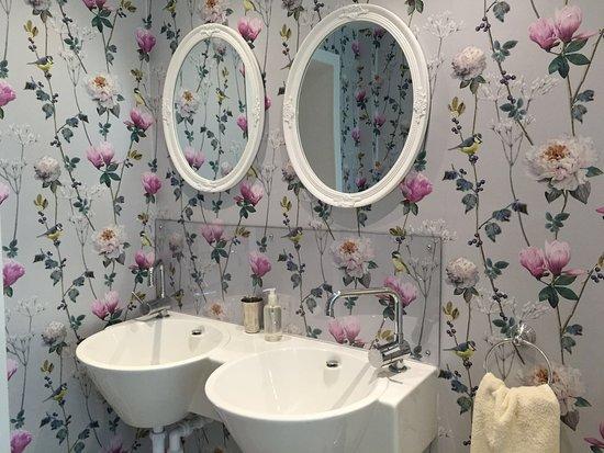 Haddon Grove Farm Cottages: Farmhouse Bathroom