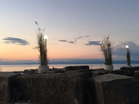 Barbara Piran Beach Hotel & Spa: так выглядит пляж, основное расположение гостей на больших камнях