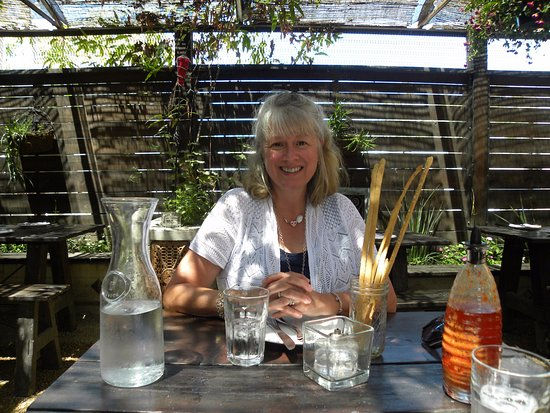 Geyserville, Californië: Diavola's outdoor eating area. Those bread sticks were a great snack!