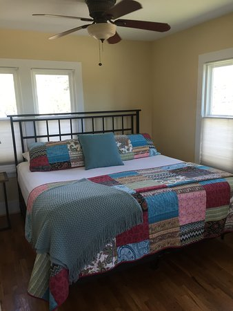 River Rock Cottages: Aspen king bed