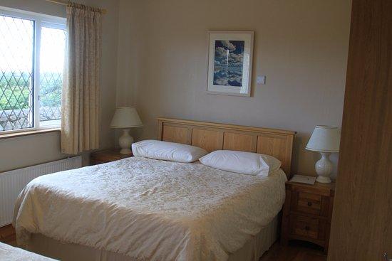 Spiddal, Ireland: Queen bed in family room