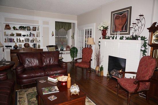 Vintage Inn Bed and Breakfast: Living room