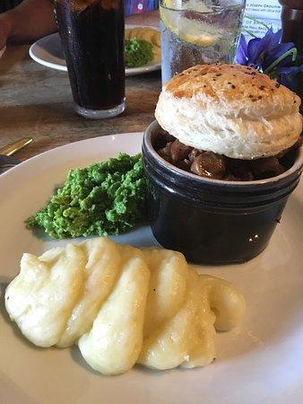 Стоу-он-Уолд, UK: Steak, ale and mushroom pie with mashed potatoes