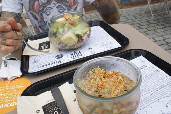 "PUR etc. Place Saint-Étienne : Salat ""Forestal"" und ein Quinoa Salat mit Hummus - yummi!!"