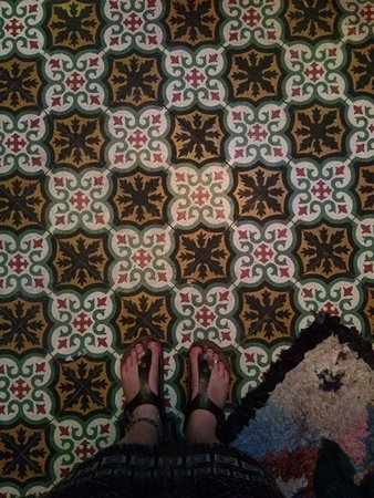 Rainbow Marrakech Hostel: Always with the amazing Moroccan tiled floors!!