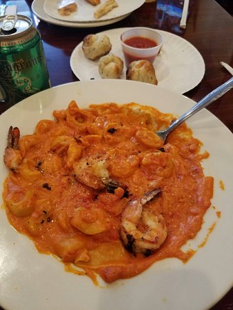Bloomfield, Nueva Jersey: Special order of cheese tortellini in vodka sauce with shrimp