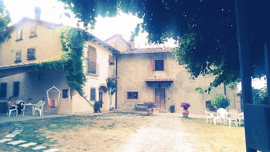 Case Vacanze Podere Ugolini: The Courtyard (once used as a threshing area in the old hamlet)