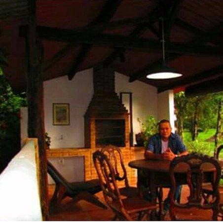 Hotel Pousada Esmeralda: local para churrasco perto de um lago.