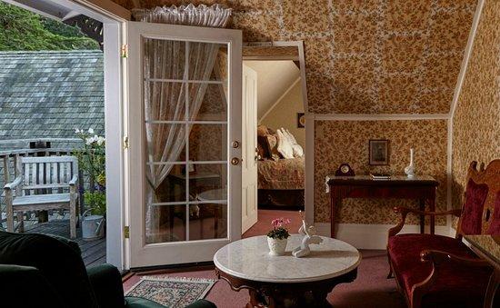 Dennen's Victorian Farmhouse: Dennen Suite