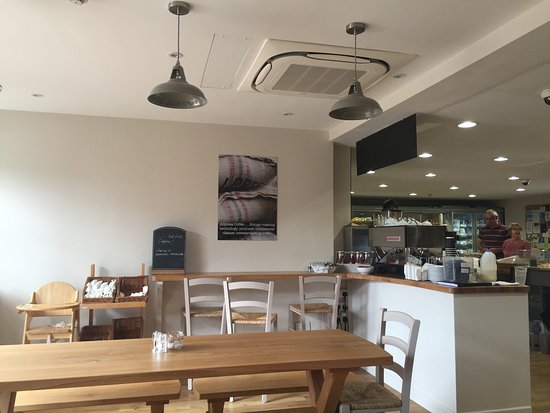 Hampstead Norreys, UK: Cafe looking back into shop