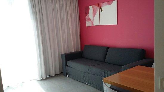 Valentino Resort: Salottino con divano-letto e cucina