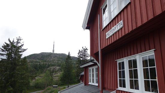 Kongsberg, Norge: The Knutehytta cafe with the Knutetoppen (Mountaintop) in the background
