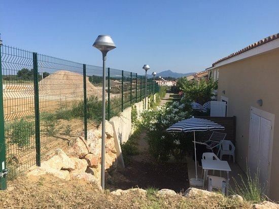 Elne, ฝรั่งเศส: Attention travaux en cours autour de la résidence vacances (été 2016)