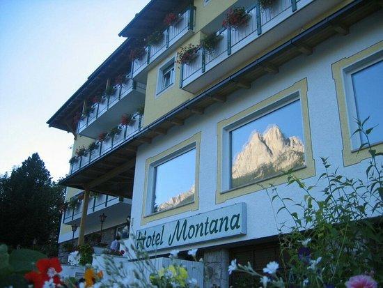 Sasso delle Dodici e Sasso delle Undici rispecchiano dall'Hotel Montana