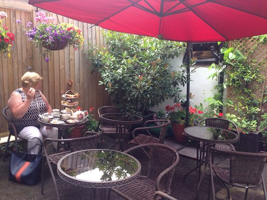 The Moat Tea Rooms: Enjoyable a lovely afternoon tea in the garden