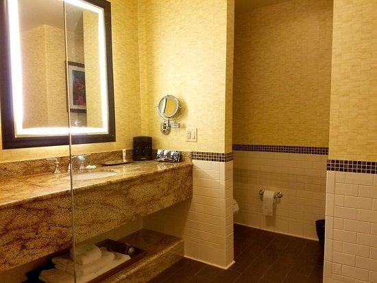Choctaw Casino Resort: Grand Tower bath vanity