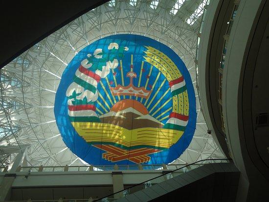 National Museum of Tajikistan: В крыше музея расположен герб Таджикистана