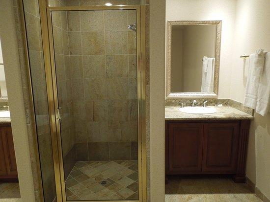Inn at Churon Winery: Big shower