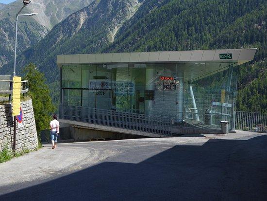 """Alpengasthof Grüner: Shuttlebahn vom Zentrum Sölden nach Innerwald, unweit Hotel Grüner - """"Berg""""-Station"""