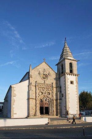 Golega, Πορτογαλία: Vista da fachada principal e da Torre sineira.