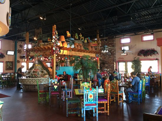 Rosa's Cafe & Tortilla Factory: Nice interior decorations. Clean.
