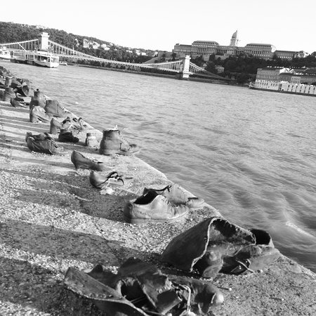 Shoes on the Danube Promenade Memorial: Scarpe sul danubio