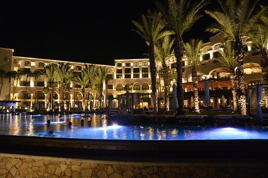 Hilton Los Cabos Beach & Golf Resort: Night shot from pool