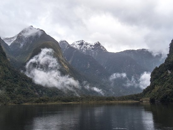 Manapouri, Nueva Zelanda: Beautiful valleys formed by glaciers. The guides on the boat were informative about the scenery.