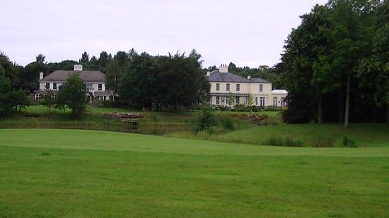 Straffan, Irlanda: Nice houses on the side of the course
